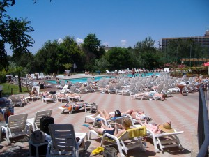 Am Pool entspannen und einen Sonnenbrand holen