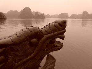 Drachen in der Halong Bucht gehören zum Aberglaube in Vietnam