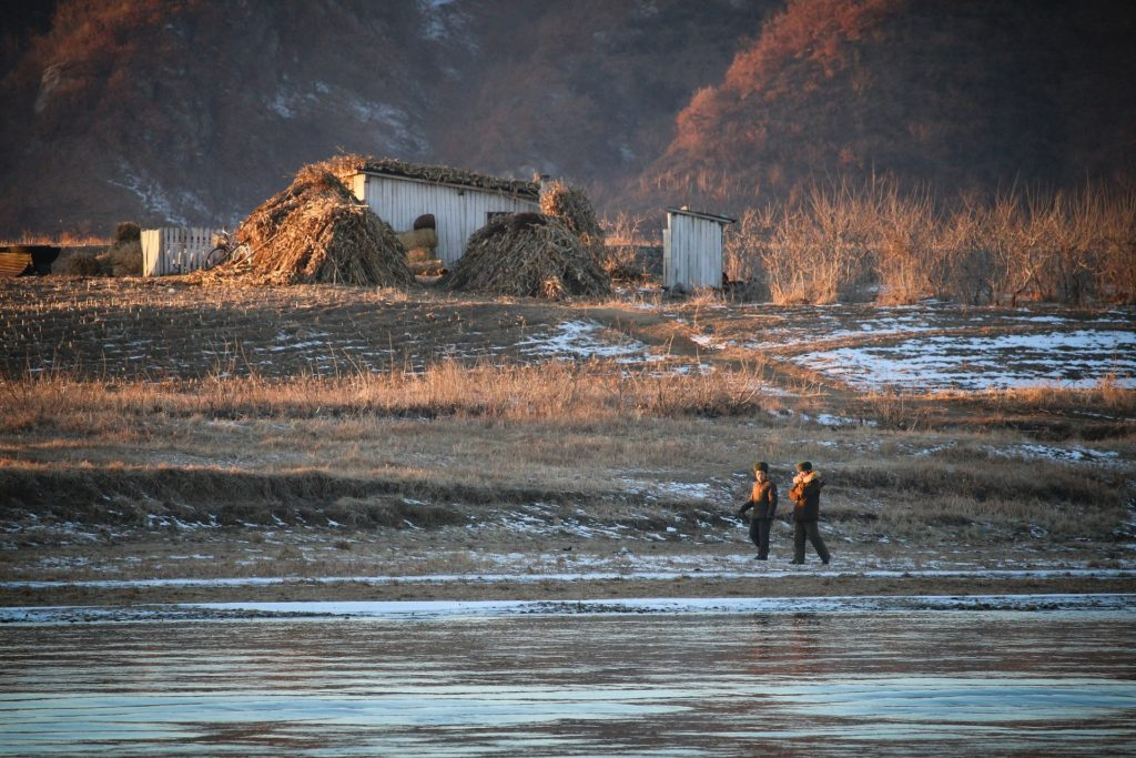 Backpacking Nordkorea - Landschaft mit Soldaten