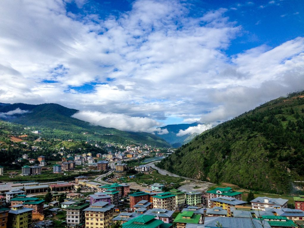 Backpacking in Bhutan - Stadt mit traditioneller Architektur
