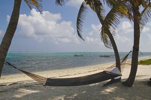 Hängematte am Strand unter Palmen