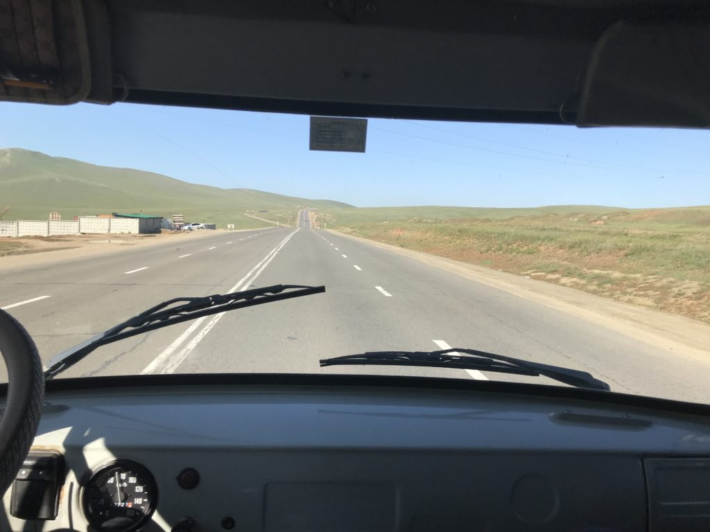 Moderne Nomaden in der Mongolei sind einfach per Handy und langwierig per Minibus zu erreichen